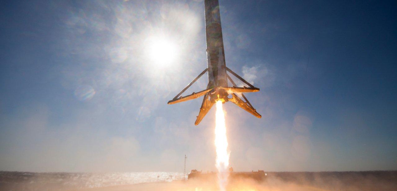 Un cohete de SpaceX aterrizando en una barcaza situada en el mar