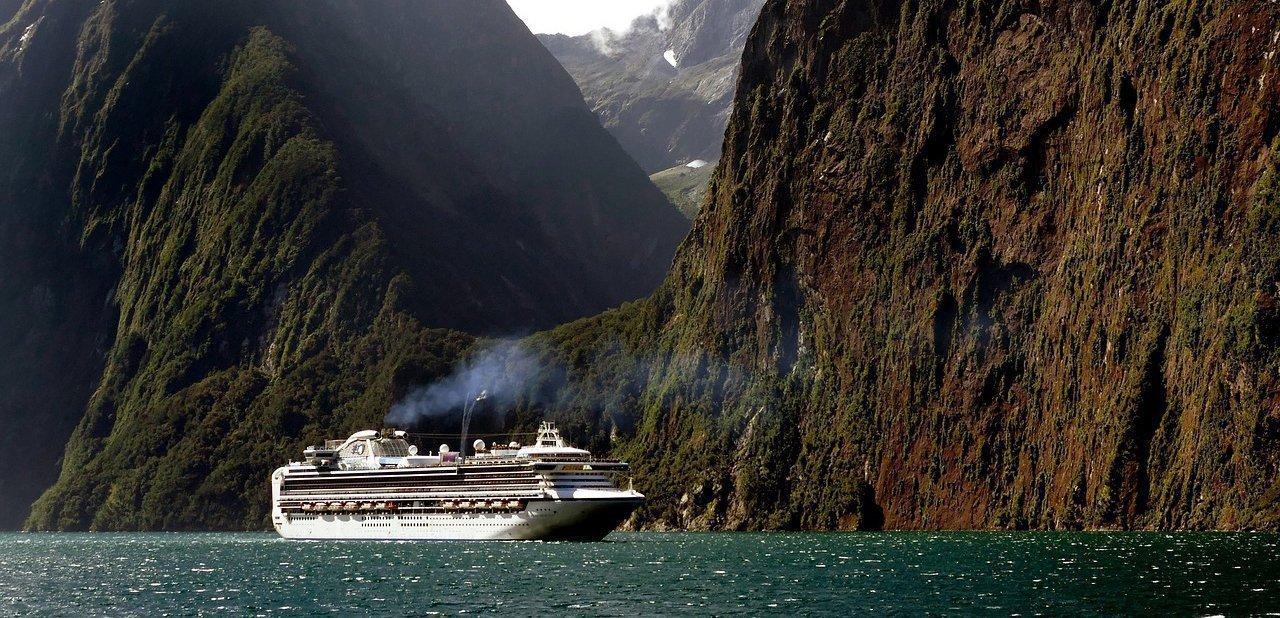 Un crucero entre montañas