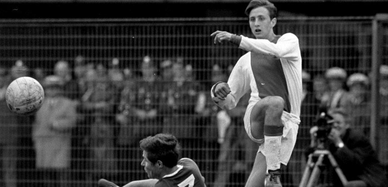 Un Cruyff jovencísimo disputando un partido de fútbol