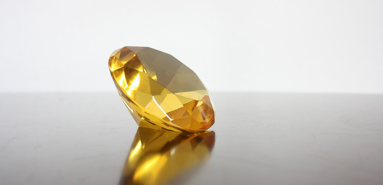 Un diamante amarillo