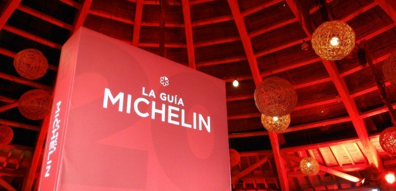 Un ejemplar gigante de la guía Michelin 2017