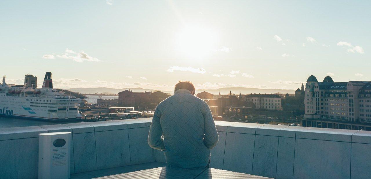 Un hombre en el puerto de Oslo