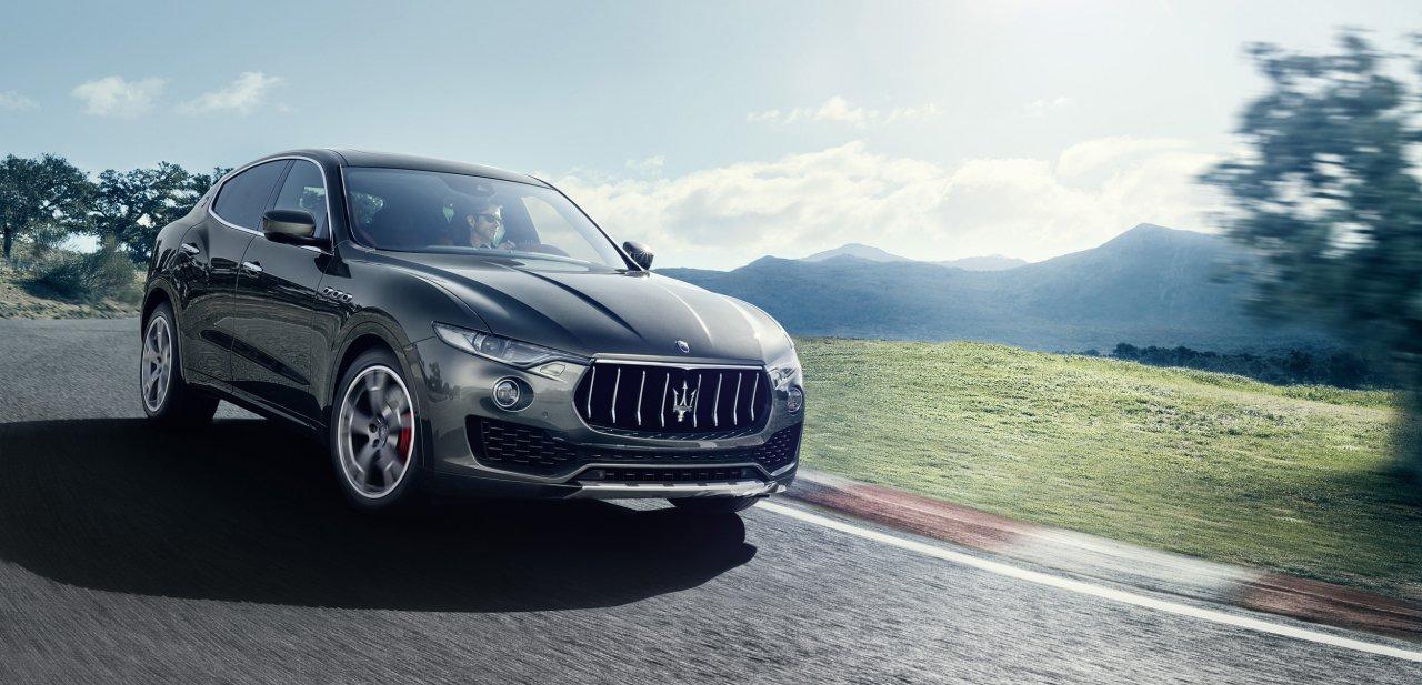 Un Maserati Levante SUV en un circuito