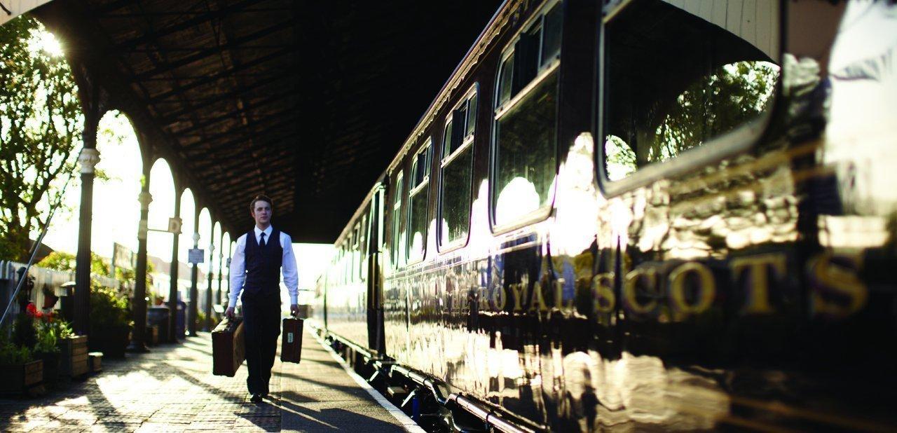 Un pasajero subiendo al Belmond Royal Scotsman