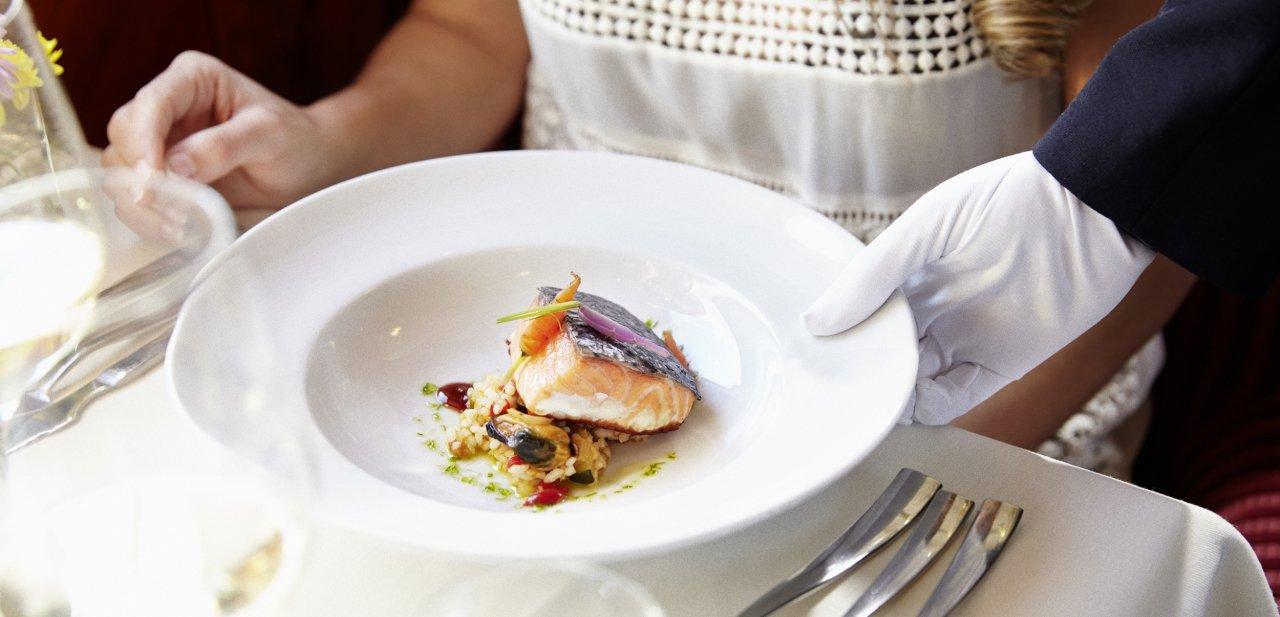 Un plato de pescado servido a bordo del tren Al Andalus