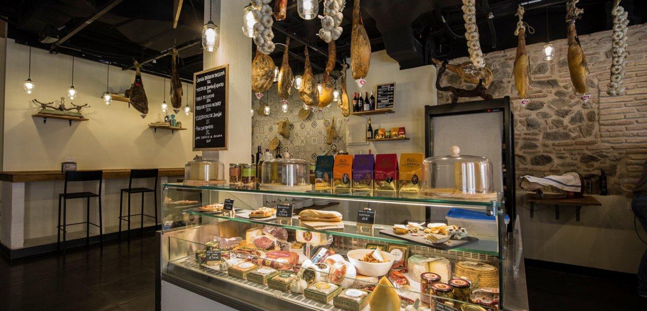 Un puesto de embutidos y quesos del Mercado de San Agustín de Toledo