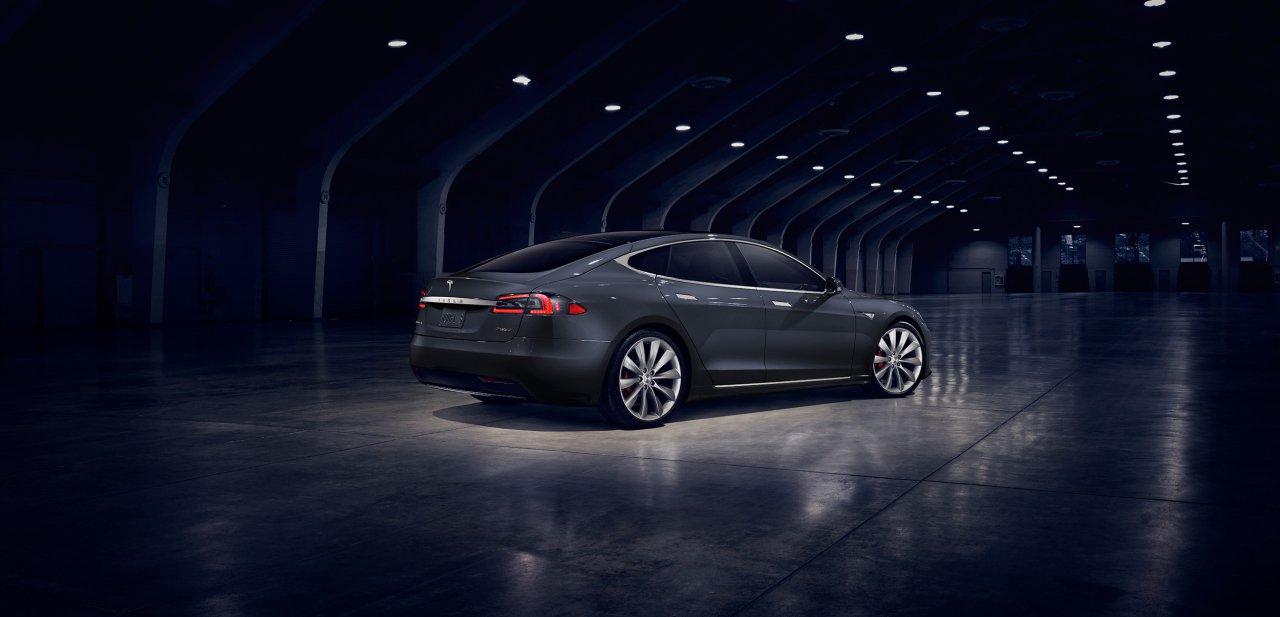 Un Tesla Model S 2017 gris por detrás