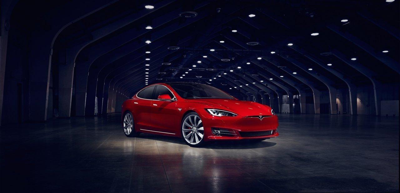 Un Tesla Model S 2017 rojo por delante