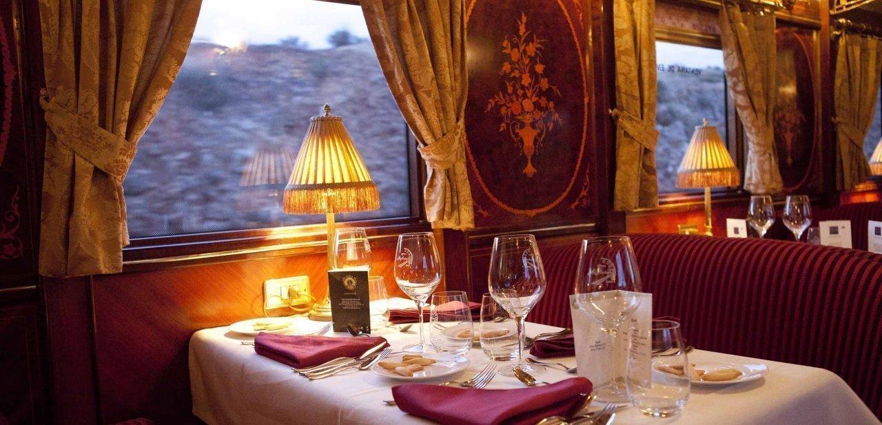 Una de las mesas de un vagón salón del tren Al Andalus