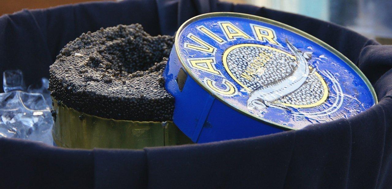 Una gran lata de caviar abierta
