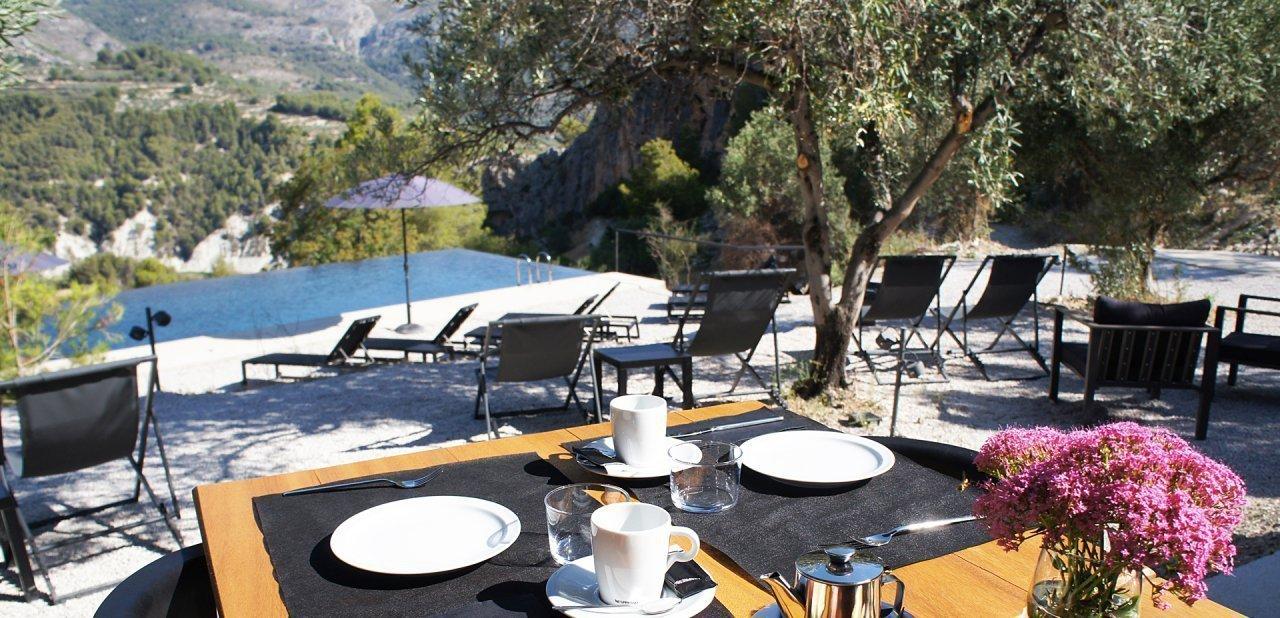 Una mesa del restaurante Vivood con vistas