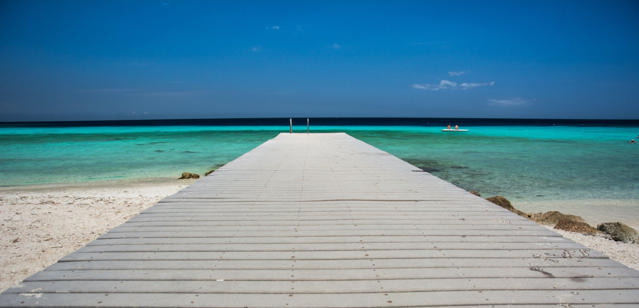 Una pasarela hacia una playa