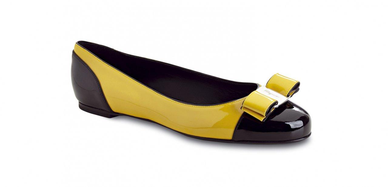 Unas bailarinas de Salvatore Ferragamo en amarillo contrastadas con negro