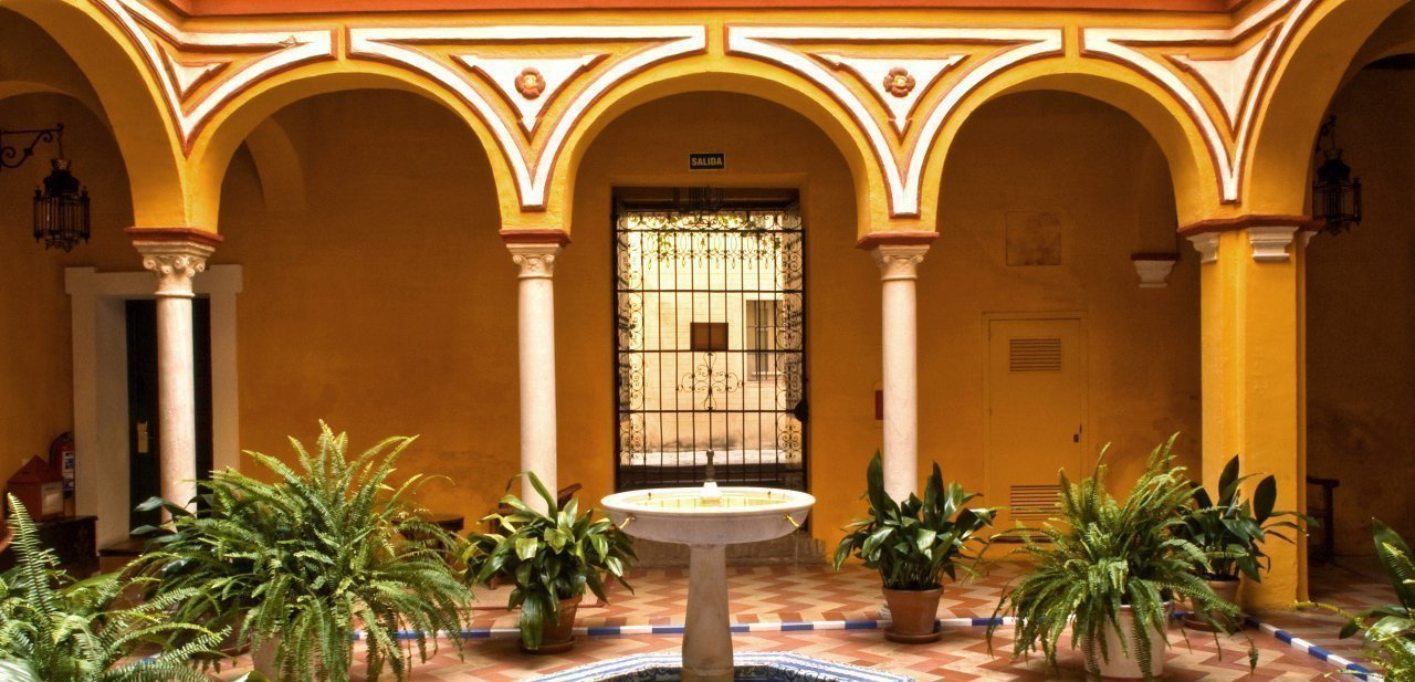 Uno de los patios de Casas de la Judería de Sevilla