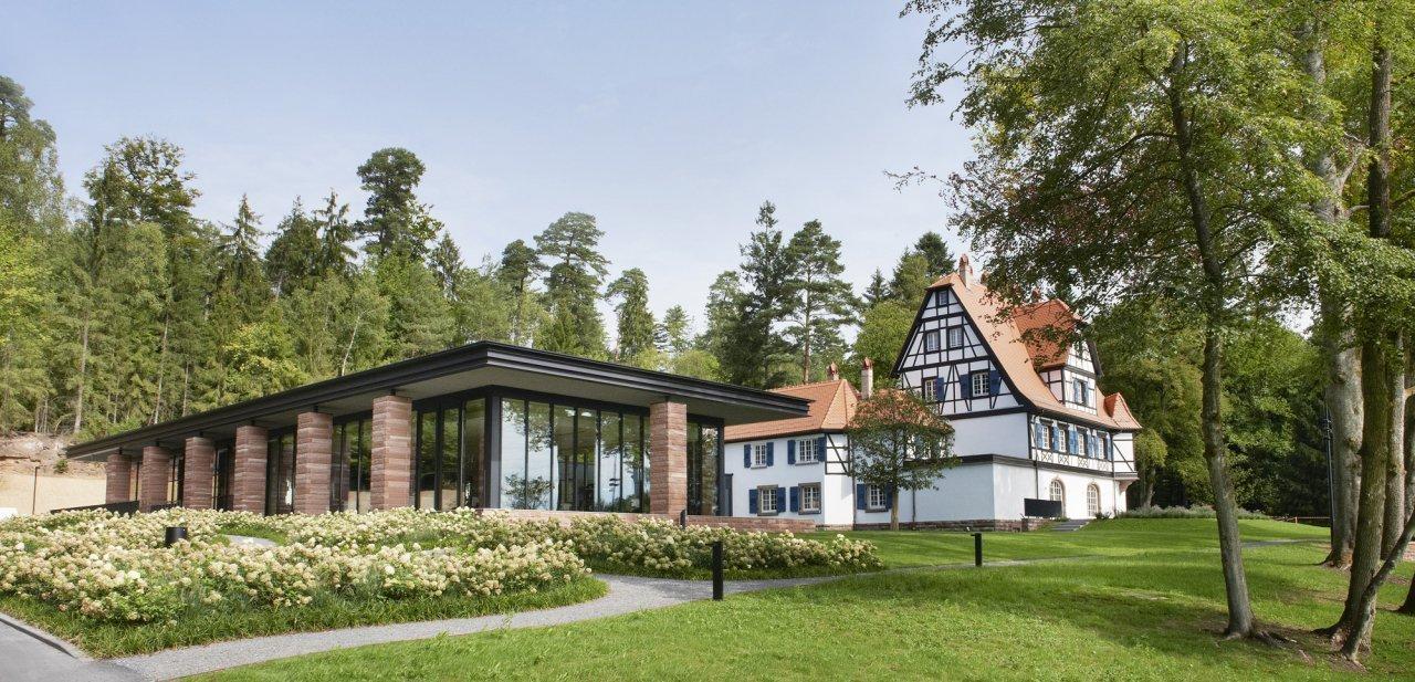 Vista completa de la Villa René Lalique, con la casa y el restaurante