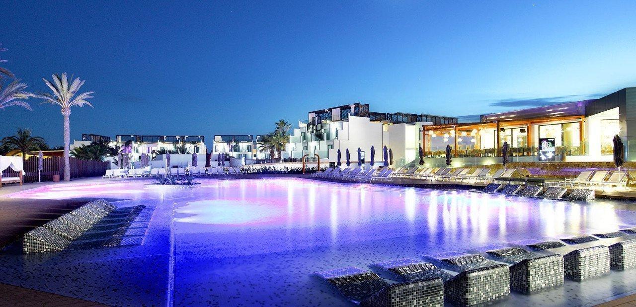Vista de la piscina principal del Hard Rock Hotel Ibiza