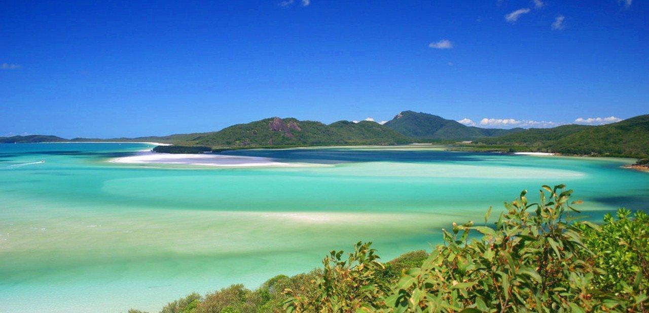 Vista de la playa de Whitehaven desde el otro lado de la isla
