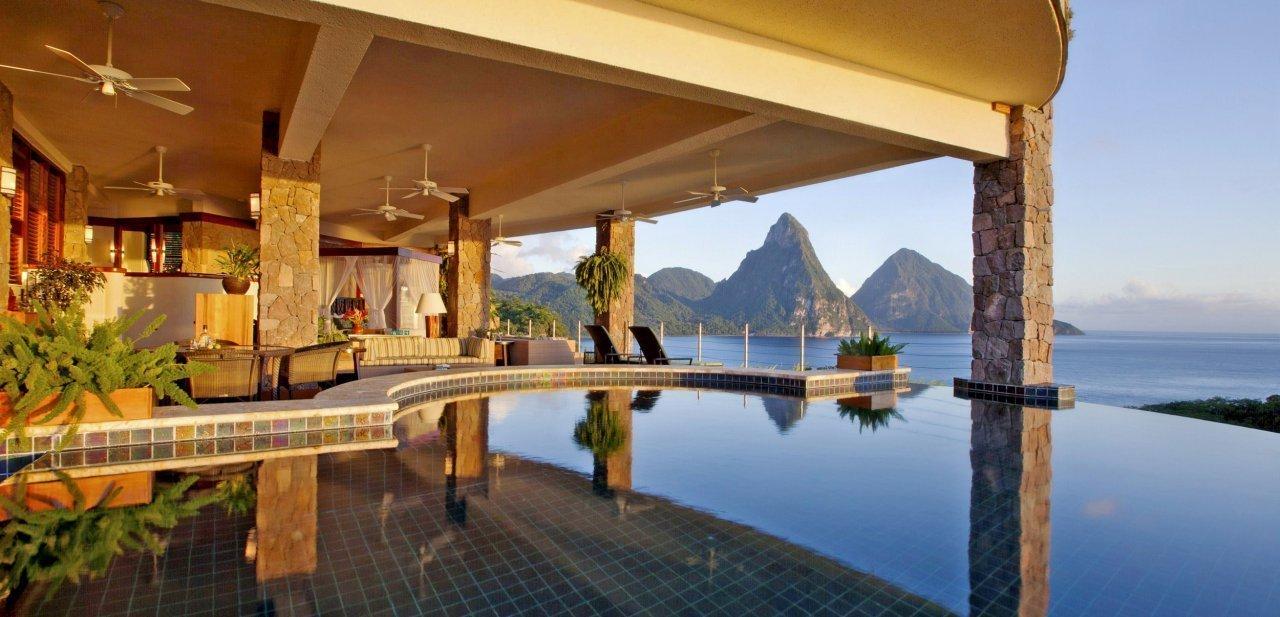 Vista de una de las piscinas privadas del Jade Mountain Resort al atardecer