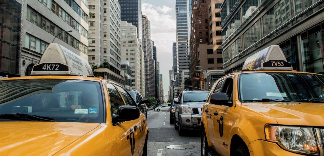 Vista de una típica calle neoyorquina entre dos taxis