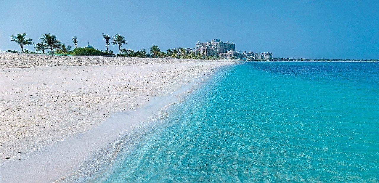 Vista del Hotel Emirates Palace desde la playa