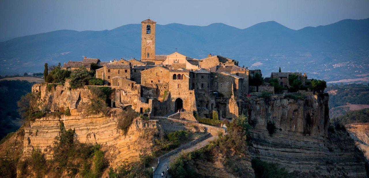 Vista del pueblo medieval Civitá di Bagnoregio y el Domus Civita