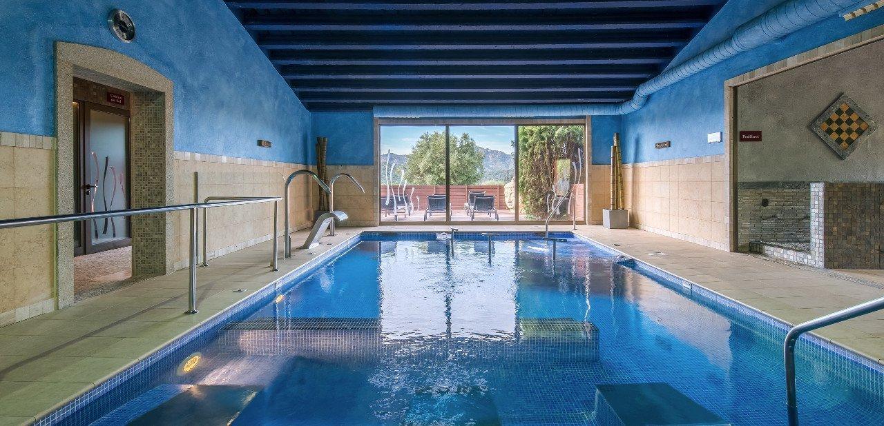 Vista del spa y el solarium del Sallés Hotel & Spa Mas Tapiolas