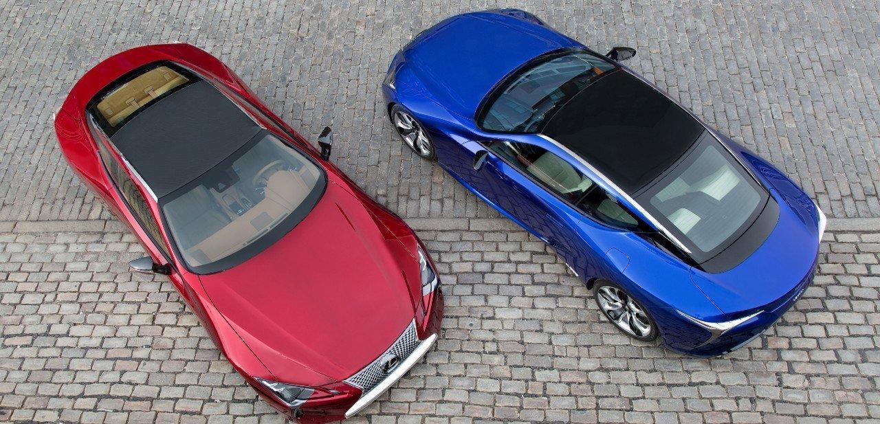 Vista desde arriba de dos Lexus LC 500