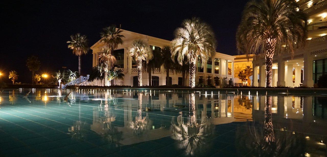 Vista exterior nocturna del nuevo Hotel Balneario Las Arenas