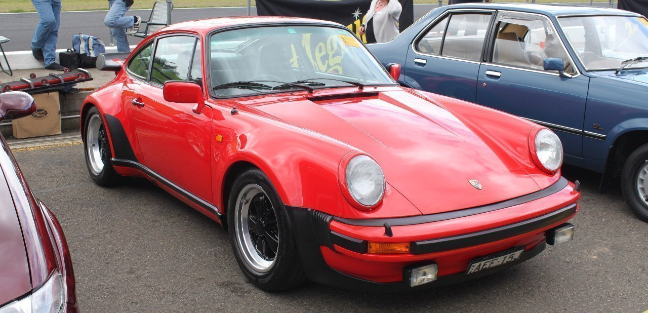 Vista frontal de un 911 Turbo 930 de color rojo