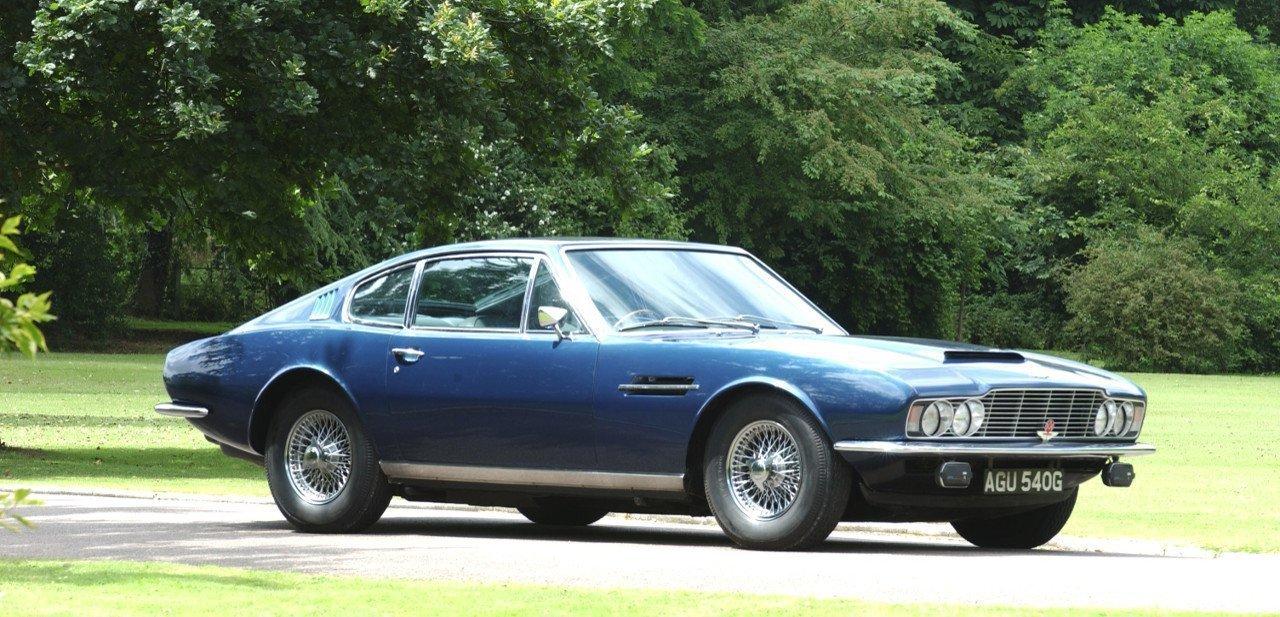 Vista frontal de un Aston Martin DBS clásico