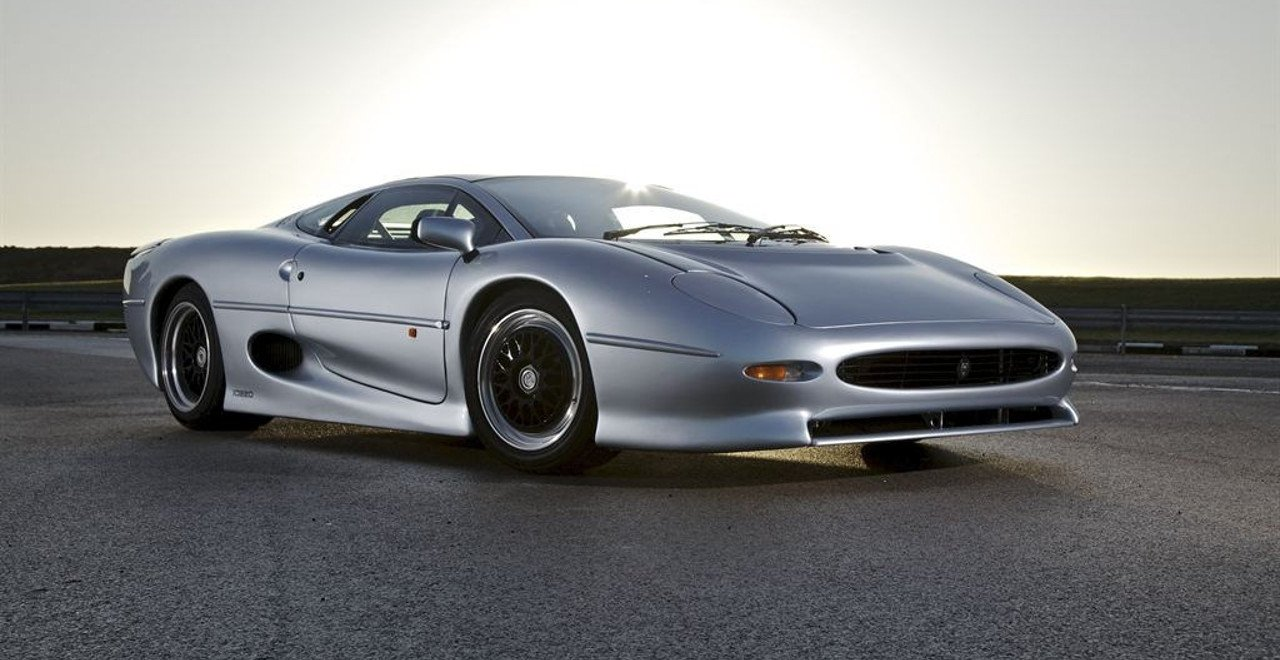 Vista frontal de un Jaguar XJ220