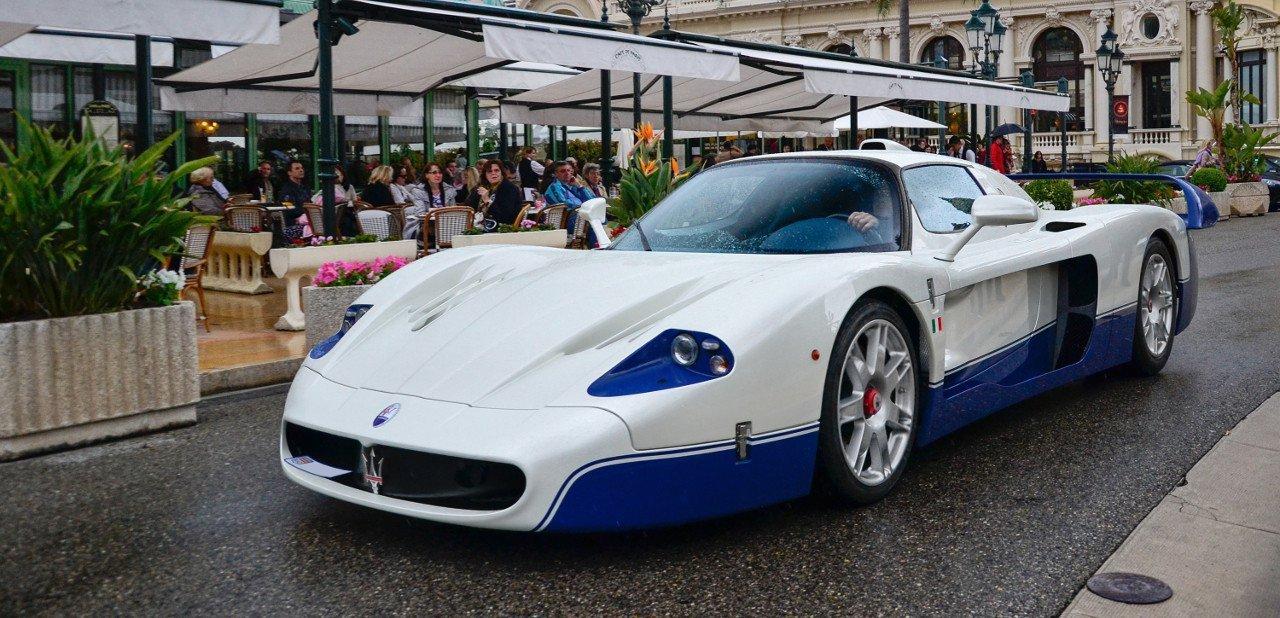 Vista frontal de un Maserati M12 en azul y blanco