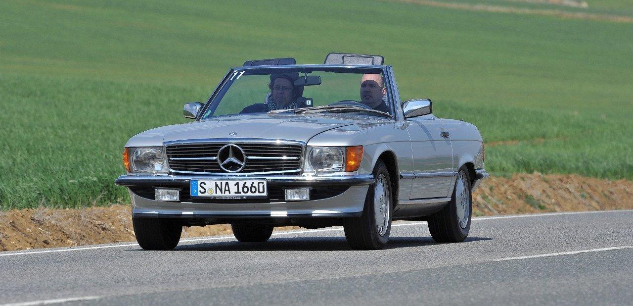 Vista frontal de un Mercedes 500 SL en carretera