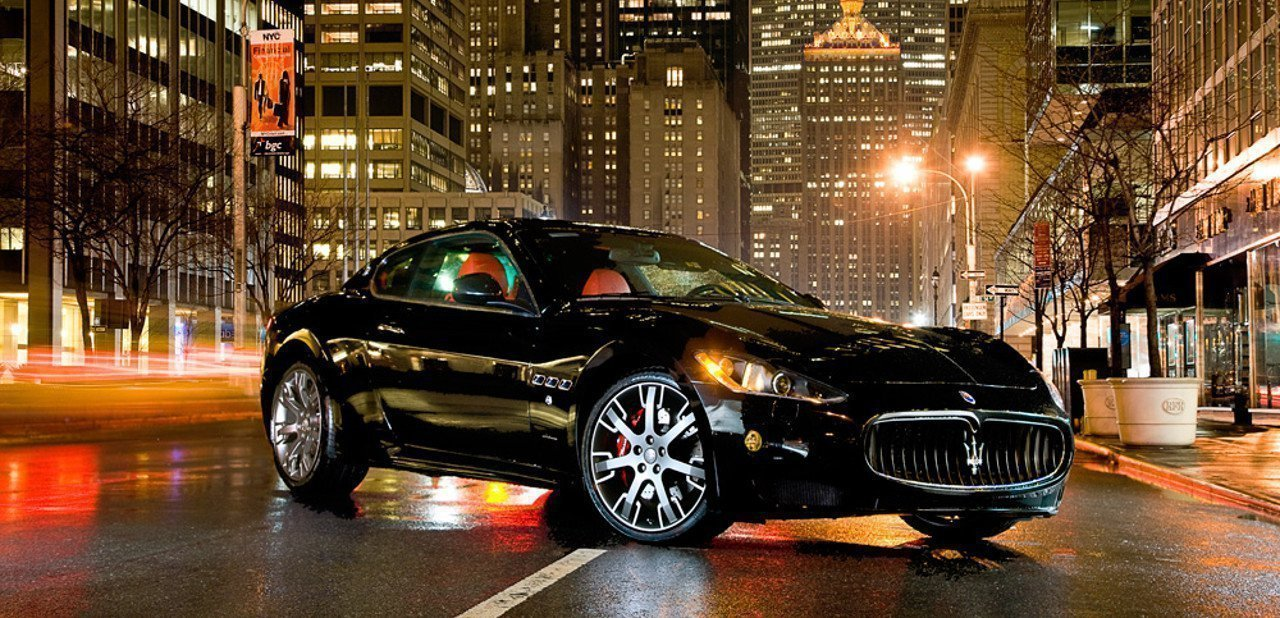 Vista frontal del Maserati GT de noche