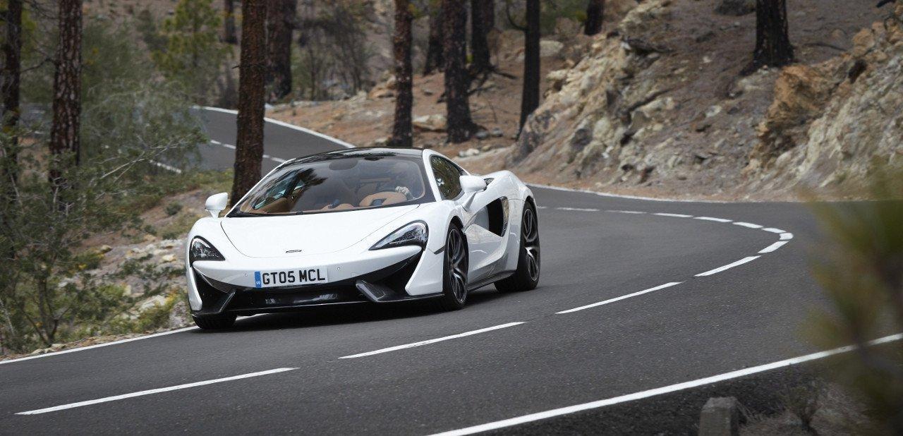 Vista frontal del McLaren 570GT en carretera