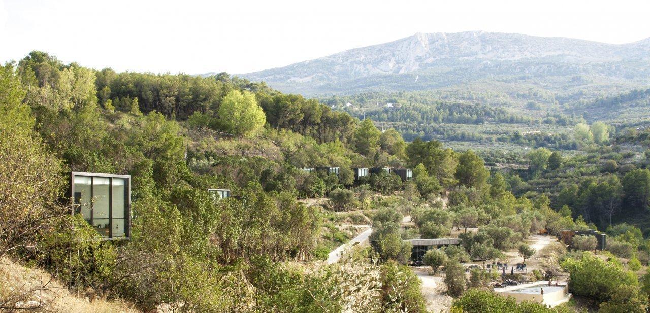 Vista general del hotel Vivood de Benimantell en el valle de Guadalest