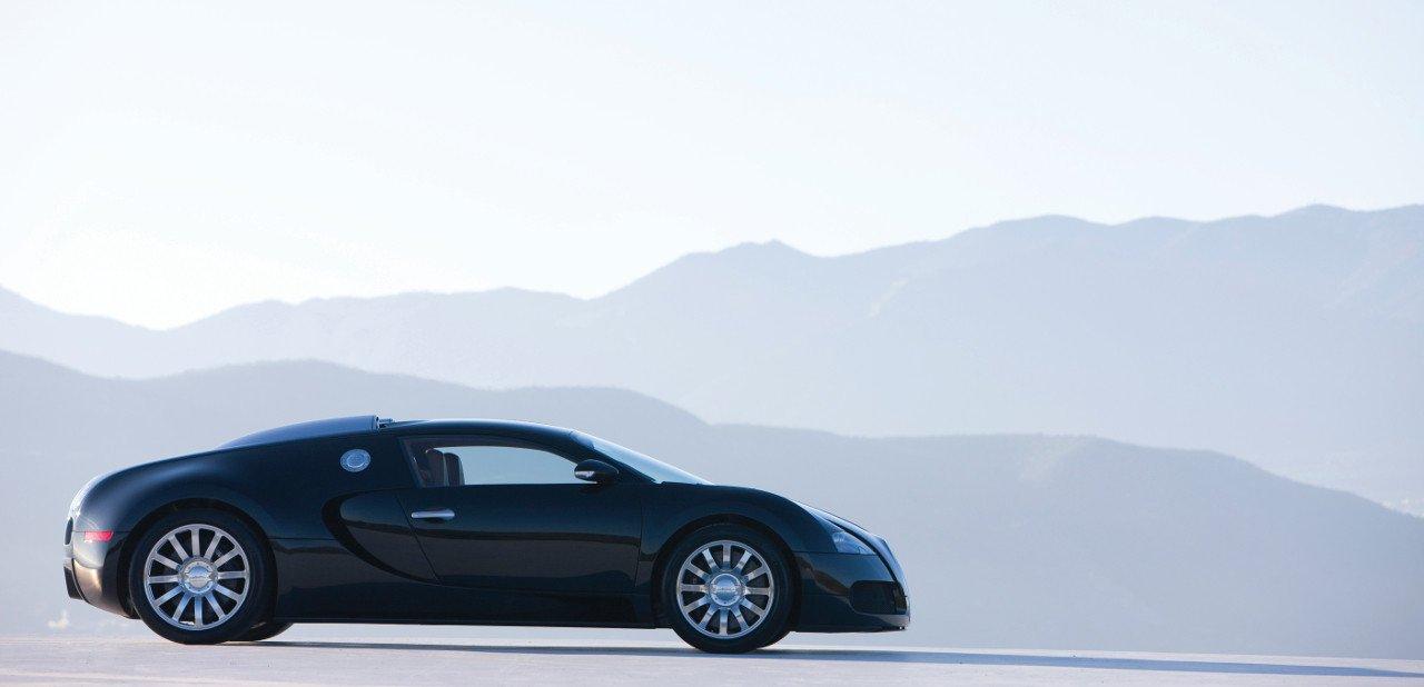 Vista lateral al aire libre del Bugatti Veyron