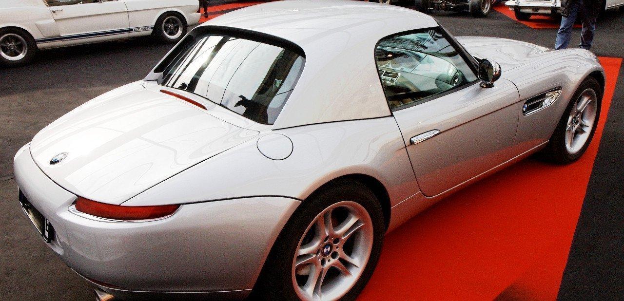 Vista lateral de un BMW Z8 con capota rígida