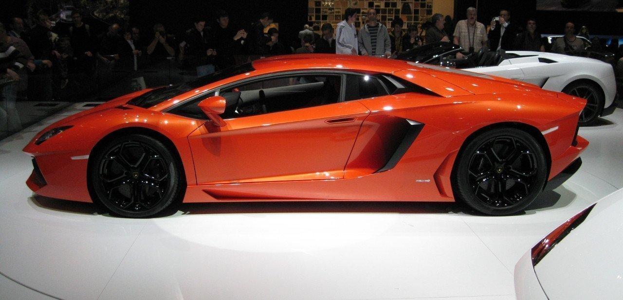 Vista lateral de un Lamborghini Aventador