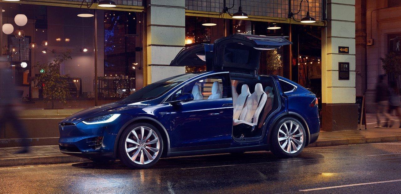 Vista lateral del Tesla X con las puertas abiertas