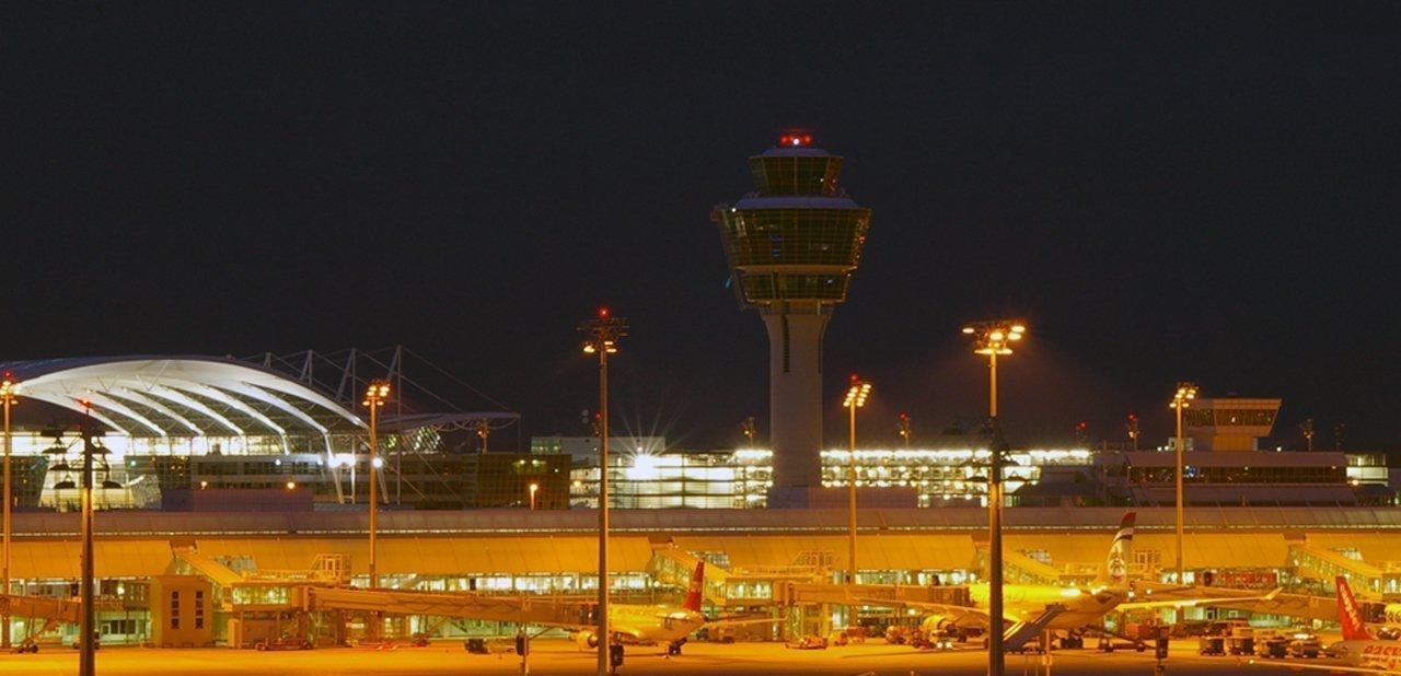 Vista nocturna de una de las terminales del Aeropuerto Internacional de Múnich