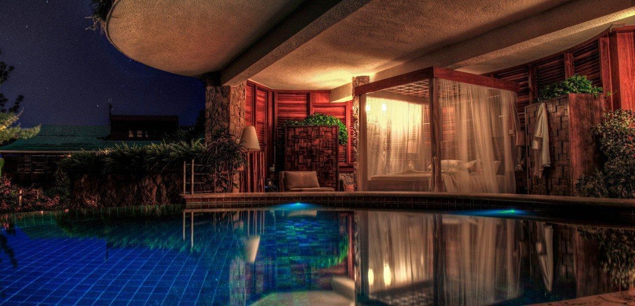 Vista nocturna de uno de los santuarios del Jade Mountain Resort