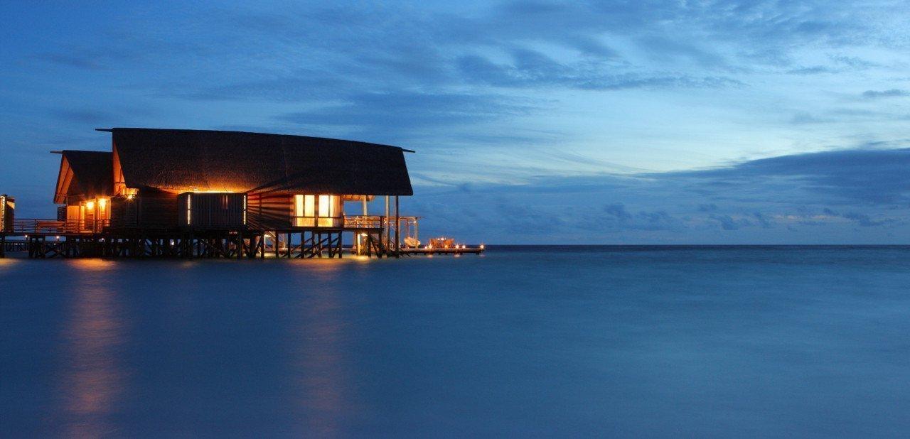 Vista nocturna del Cocoa Island Resort