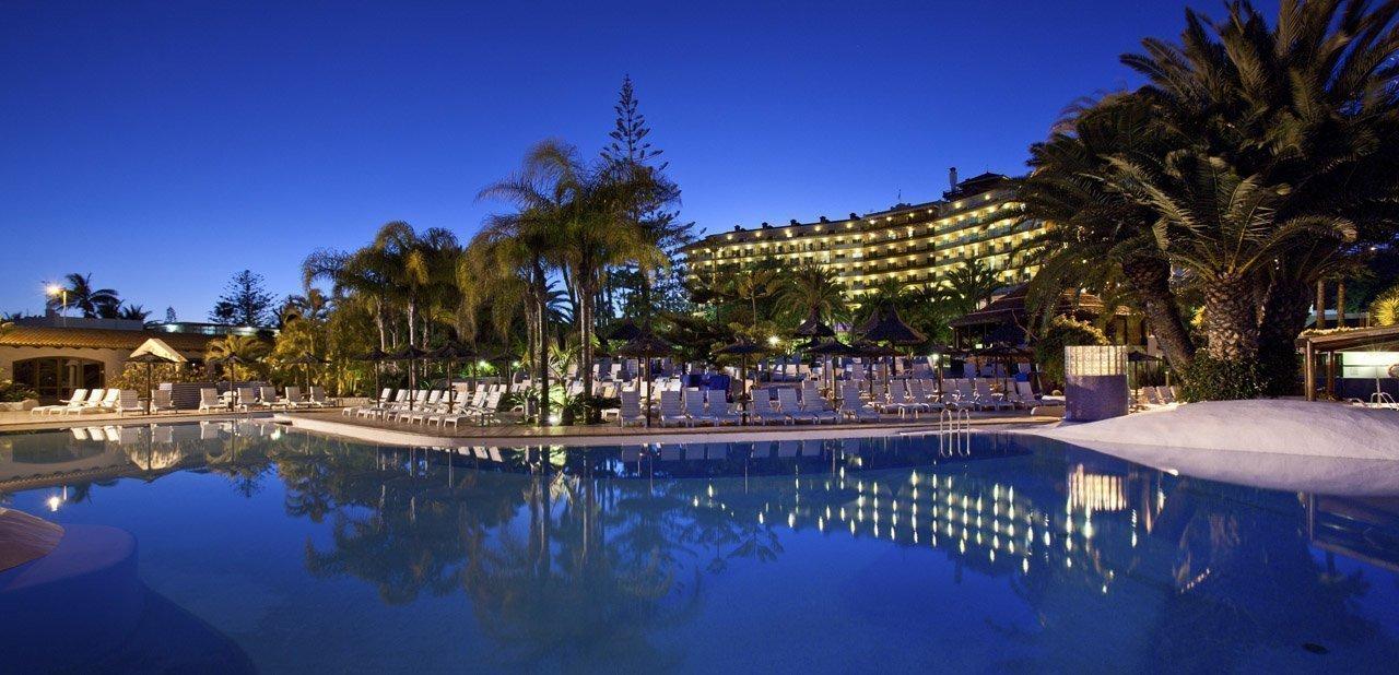 Vista nocturna del hotel Meliá Tamarindos
