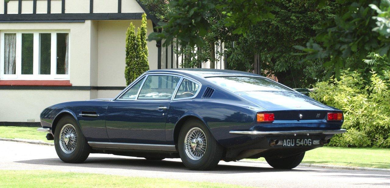 Vista trasera de un Aston Martin DBS clásico