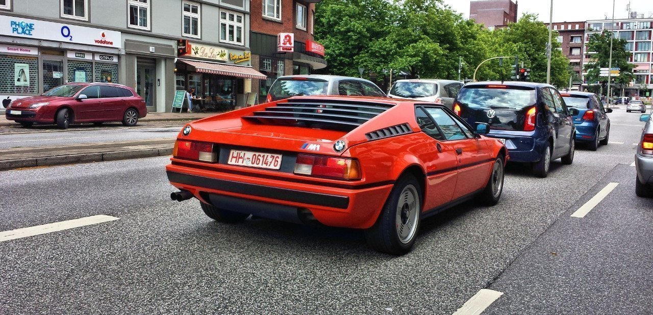 Vista trasera de un BMW M1