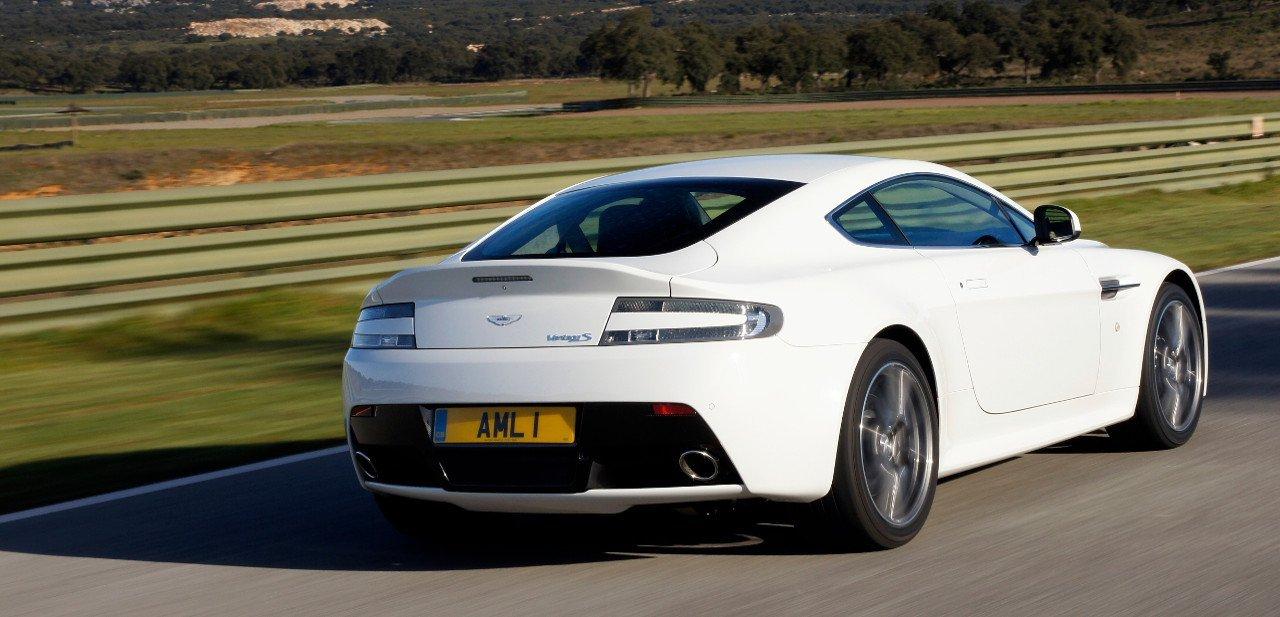 Vista trasera del Aston Martin V8 Vantage S
