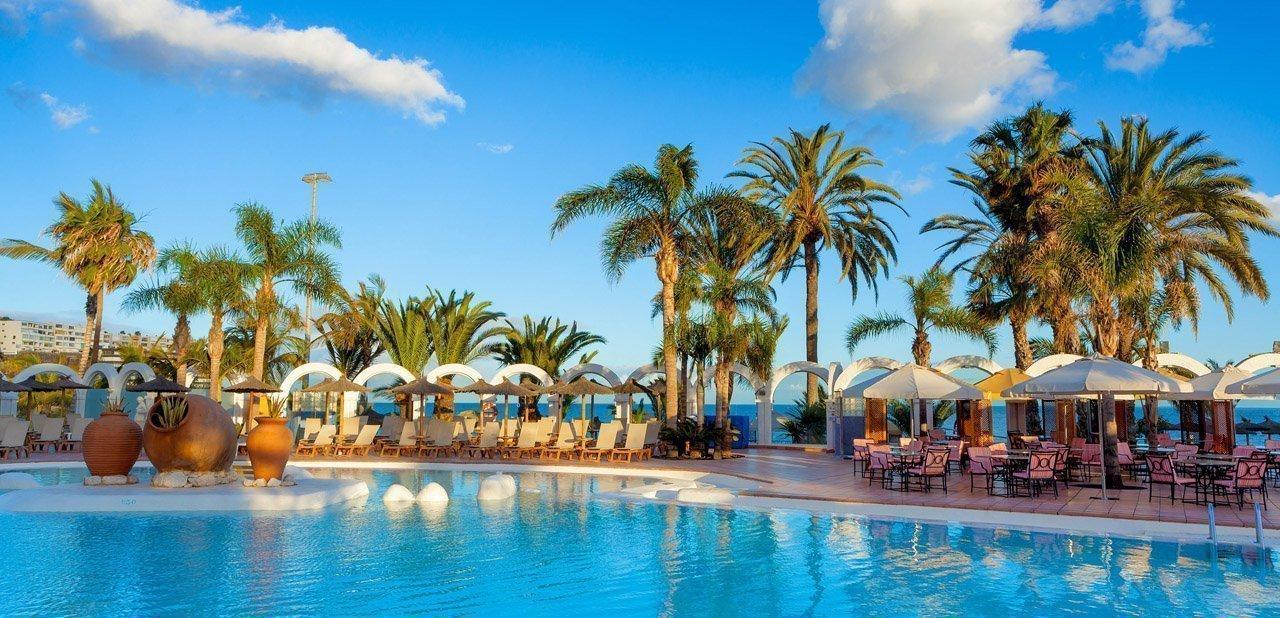 Vistas de la piscina del hotel Meliá Tamarindos y el océano Atlántico