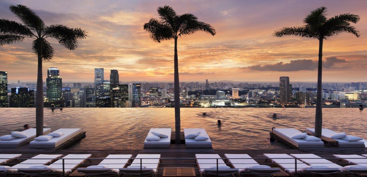 Vistas desde la piscina del Marina Bay Sands de Singapur al atardecer