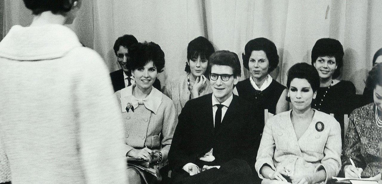 Yves Saint Laurent disfrutando de su primer desfile con su firma en 1962